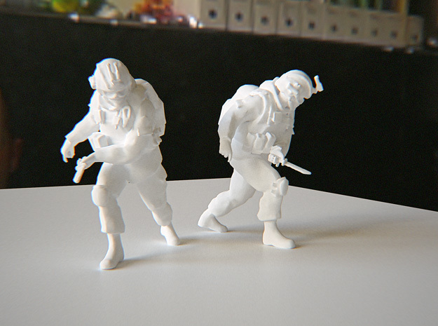 Soldier with knife (Esc: 1/24) in White Strong & Flexible