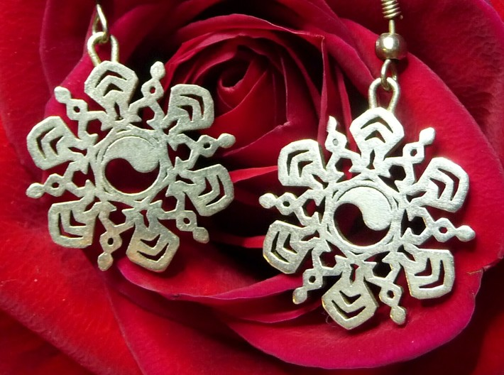 Yin Yang Snowflake Earrings 3d printed Yin Yang Snowflake Earrings in Polished Silver