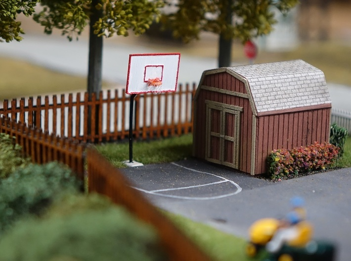 HO Scale Basketball Hoop 3d printed The painted basketball hoop in a backyard scene. Thanks for the picture Rob!