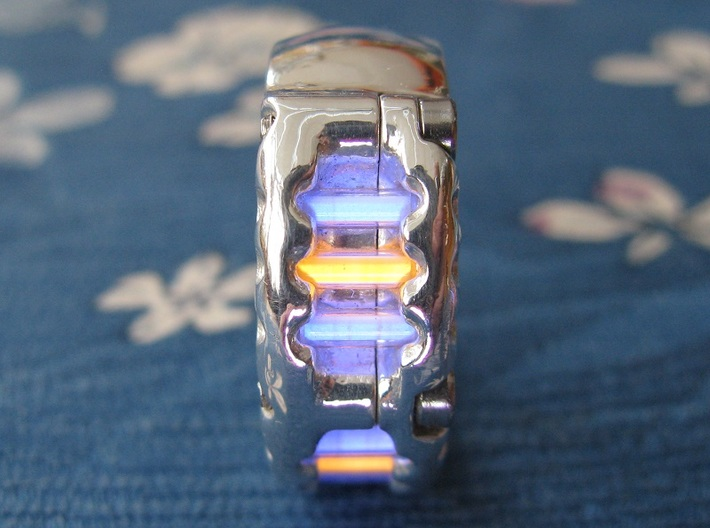 US14 Ring VI: Tritium 3d printed In this picture the phosphorus coating on the tritium vial being energised by UV light.