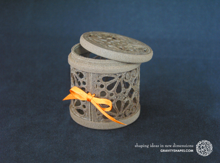 Gift Box No. 1 with Mosaic-3 (filigree, high) 3d printed The photo shows an own print (FDM print) made of brown wood incl. decorative lacing.